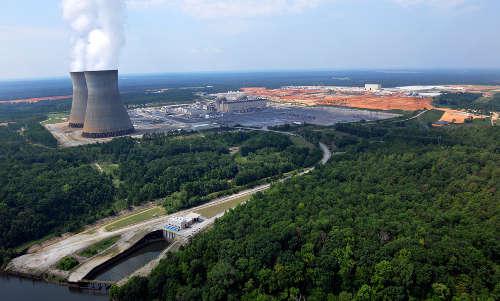 Fig. 1: Foto aerea del sito con le unità 1 & 2 operative ed il cantiere per le 3 & 4 sullo sfondo. Agosto 2011 – per gentile concessione di Sothern Company, Ink.