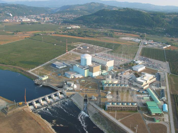 Figura 4: Vista aerea della centrale nucleare di Krško. La società che gestisce l'impianto, la Nuklearna elektrarna Krško, è una joint venture al 50% tra le società statali slovena Gen-Energija e croata Hrvatska elektroprivreda (HEP), controllate rispettivamente dal Ministero sloveno delle Infrastrutture e dal Ministero croato dell'Economia. La centrale è localizzata ad una distanza in linea d'aria di 77 km da Lubiana e di 41 km da Zagabria.